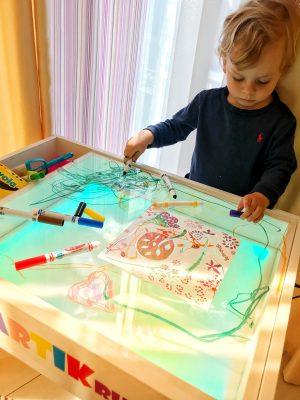 ребенок и световая песочница