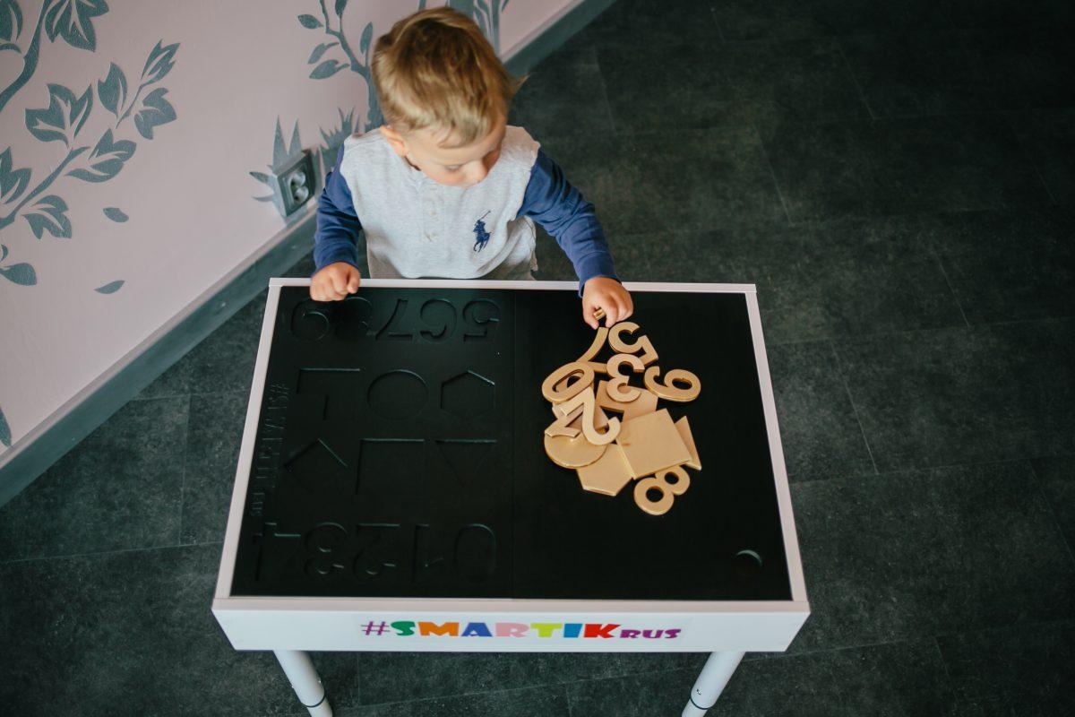 ребенок собирает буквы